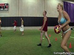 Pornô com amigos da faculdade e um futebol super gostoso