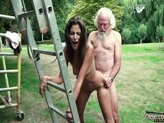 Menina pelada dando a xoxota apertada pro vovô