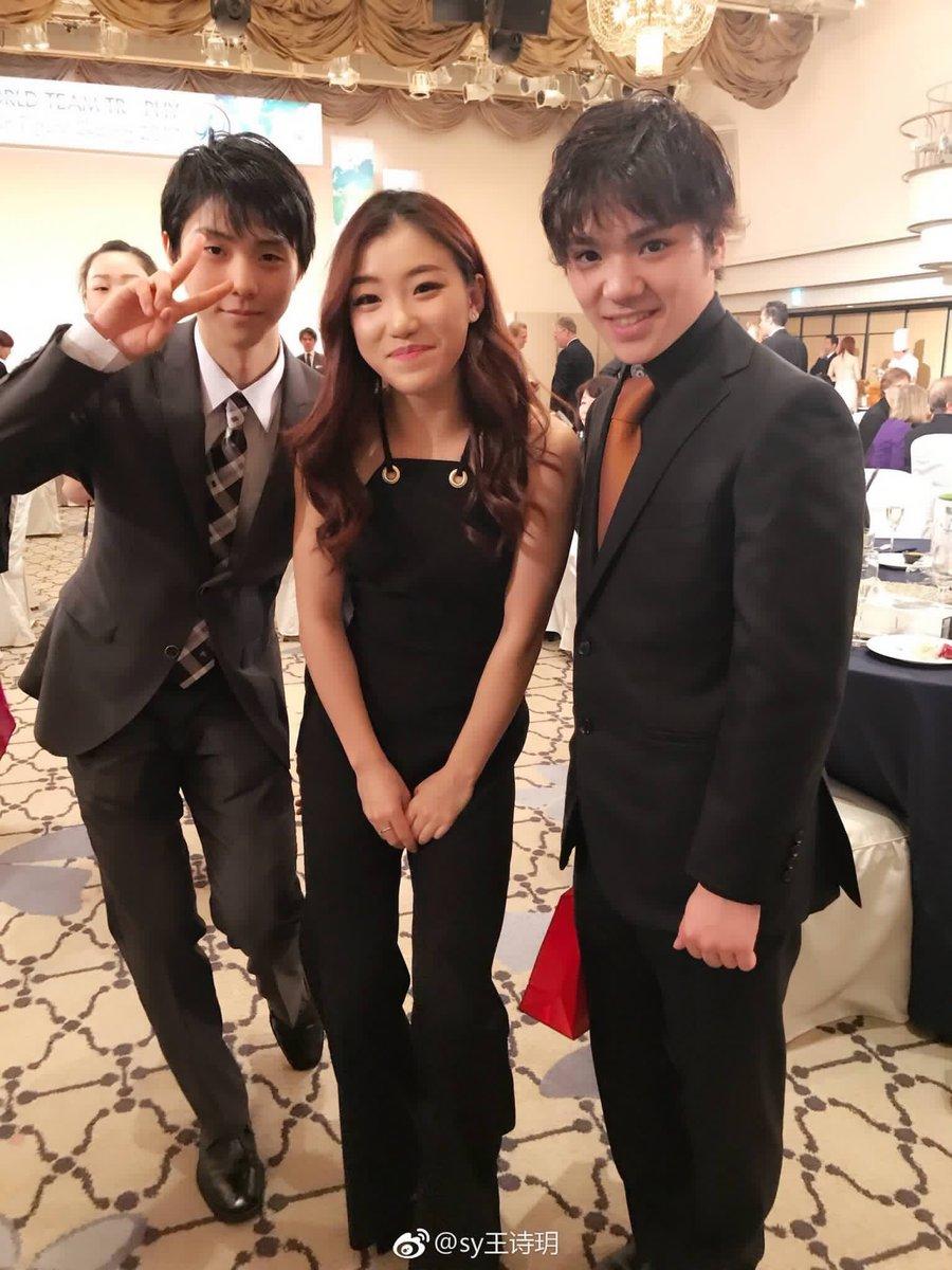 国別対抗戦のバンケットで宇野昌磨選手と羽生結弦選手が可愛い女の子を囲んで3ショット
