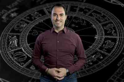 Хули Леонис - Персонални астрологични консултации