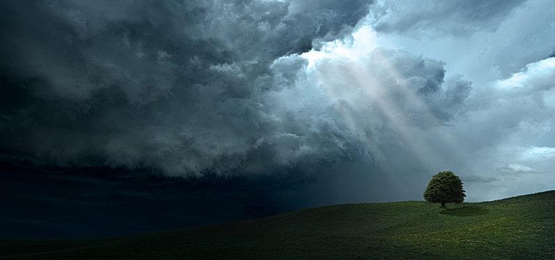 Тъмните облаци започват да се разсейват