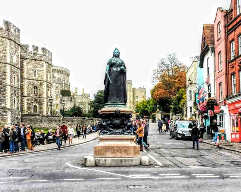 the famous statue of Queen Victoria in front of Windsor Castle