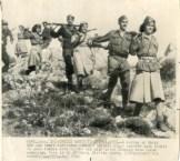 Ισως η πιο κλασική φωτογραφία με αντάρτες του ΕΛΑΣ. Οκτώβριος 1944, στα βουνά κοντά στην Αθήνα. Ο πρώτος άνδρας δεξιά είναι ο Σαλβατόρ Μπακόλας, 1922-2012, ή 'Σωτήρης', ο μοναδικός από την οικογένειά του που επέζησε από το Ολοκαύτωμα.