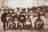 Η ομάδα της ΕΠΟΝ Αθήνας, με πολλούς γνωστούς αργότερα παίκτες στις τάξεις της, για τους οποίους θα γράψουμε αναλυτικά σε μελλοντικό σημείωμα. Τερματοφύλακας ο Δελαβίνας (ΑΕΚ), Παυλάς, Κυριαζόπουλος, Γαζής, Κρητικός, Παπαντωνίου (Παναθηναϊκός), Πέπονας, Σιώτης, Καραγιώργος, Καλογερόπουλος, Τσολιάς (Πανιωνίου), Γιακουμάκης, Κ. Χούμης