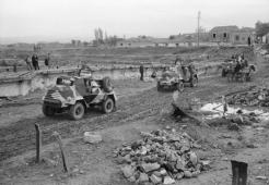 1944-11-01-Θεσσαλονίκη περίχωρα - Αγγλική περίπολος με ελαφρά οχήματα σε κατεστραμμένη γέφυρα