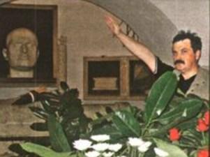 Χρήστος Παππάς μπροστά στην προτομή Μουσολίνι σε ναζιστικό χαιρετισμό (Παλαιότερα)