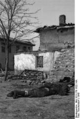 1943-xx-xx - Ελληνας νεκρός μπροστά από καταστραμμένο σπίτι - Toter Grieche in einer zerstorten Ortschaft - athene-62dprxrz52szxxhdg81_layout