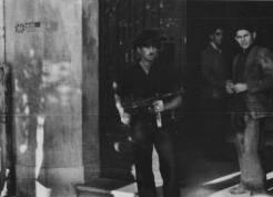 Ναύτης του ΕΛΑΝ και ΕΠΟΝίτες φυλάνε τα γραφεία του Διεθνούς Ερυθρού Σταυρού στην οδό Λεωφόρος Νίκης 41. Στον τοίχο οι 3 συμμαχικές σημαίες, 02 Νοεμβρίου 1944. Φωτογραφία Νο #19.
