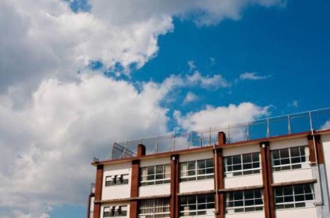 学校の校舎と青空の画像