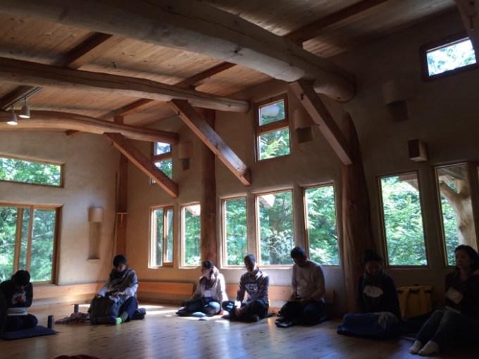 穂高養生園にある木と人ホールの写真