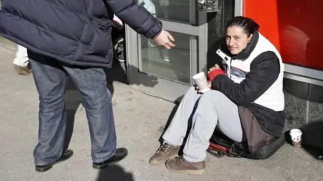 Tiggaren Vanessa fick vatten över sig när hon samlade pengar utanför butiken.