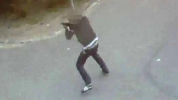 Den 25-årige mannen sköt med kpist mot en man som stod på skolans konstgräsplan. Händelsen fångades av skolans övervakningskameror. Foto: Polisen / POLISEN