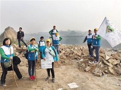 10月4日,徒步第三天,參與的70後志願者們在途中留影。受訪者供圖