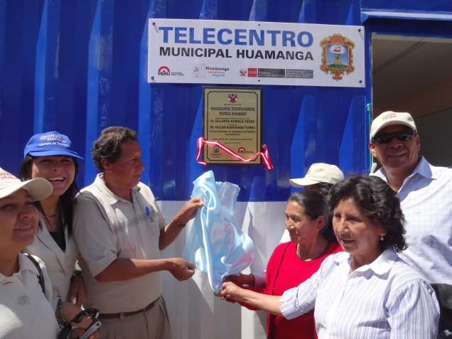 Develación de la placa recordatoria en el Telecentro de Cuchipampa