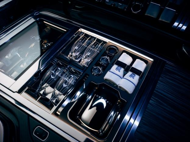 Boat-Tail-Hosting-Suite-champagne-refrigerator-660-X-495-624x468