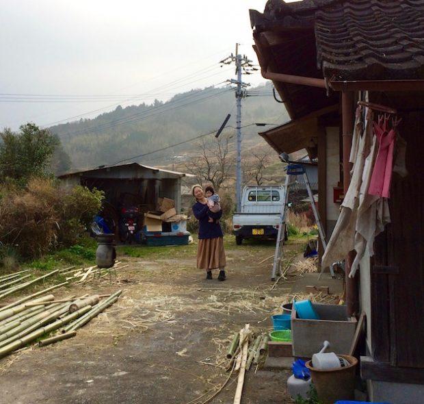 萌枝さんと赤ちゃん。もともと農家だった家なので、家の前が広く納屋もあります。