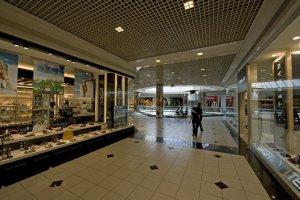 بعض المتاجر داخل المركز