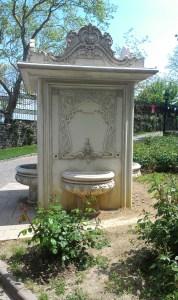 سبيل ماء في الحديقة