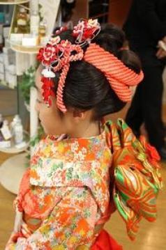 七五三の髪型で3歳7歳の女の子の場合。簡単にできるヘアアレンジや結い方についてお伝えします。