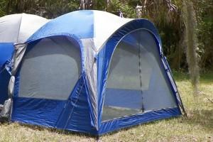 キャンプ道具の必需品リストと、おすすめの便利グッズを紹介します。