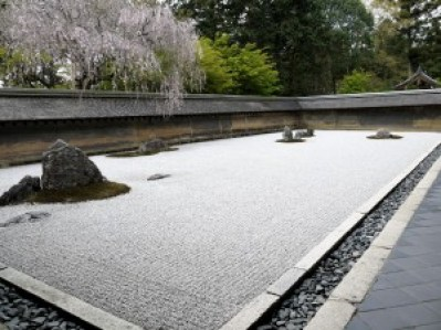龍安寺の石庭の謎と意味。見所と京都駅からバスのアクセス方法