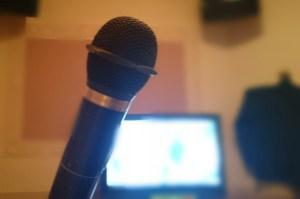 カラオケランキング女性編。盛り上がる歌いやすい曲は?年代別に紹介