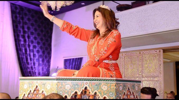 على إيقاعات شعبية الفنانة المصرية وفاء عامر ترقص فوق العمارية بقفطان أحمر (فيديو)