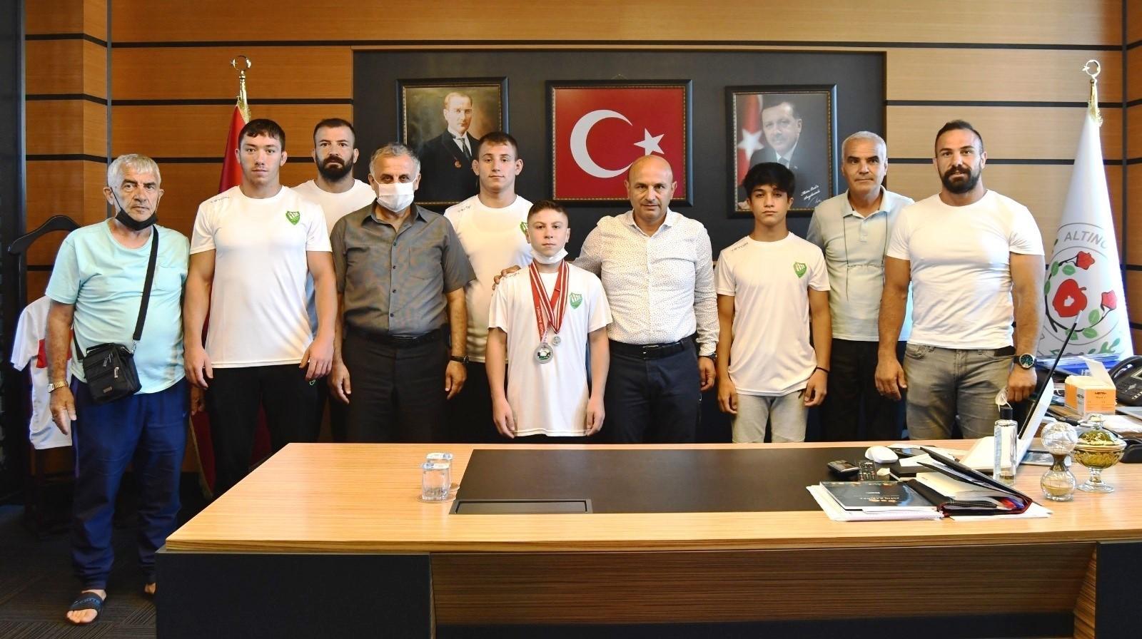 Şampiyonlardan Başkan Oral'a ziyaret