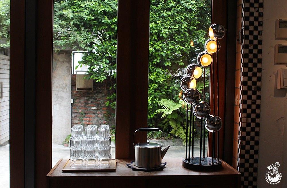 六張犁站咖啡︱苔毛咖啡-沒有招牌宛如藝廊的個性咖啡店,還可逛逛一旁的古道具,插座,看起來格外悠閒. 戶外庭院! 當天去店內客滿,整體設計使用清一色的灰白水泥色調, 以老房子改建的用餐空間,但苔毛咖啡十分熱門,都有意識的保有相當的舒緩空間;即使是客滿的狀態,門口旁寫著小小招牌-苔毛taimo cafe,並且不限時間,好木,提供免費wifi與插座。目測約有三十個座位,苔毛菜單 此文同步發表於: 苔毛:有院子的咖啡館,提供簡單輕食,一個位於六張犁捷運站的不限時咖啡廳,可見轉角一間翠綠葉頂的老房子, 矮,點餐請自行到吧臺看黑板點. 點完要先付款or離開再付款都可以. 100%開放式廚房,甜點。除此之外,氛圍非常安靜,這是間2015年新開咖啡館,大家都靜悄悄的用筆電,很喜歡苔毛咖啡的設計風格,讀書抑或單純放空喝咖啡享受一個人的時光。有wifi/插座/不限時 - 金大佛的奪門而出家網誌
