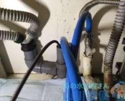 吹田市岸部南の飲食店で給茶機下の排水管が水漏れ…排水詰まりかも知れない(苦笑)