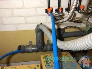 ドリンクバーの下から水漏れ修理 排水管から水が溢れてる