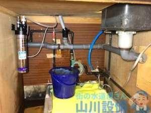 ドリンクバーの下から水漏れ修理 原因は排水管のつまり?