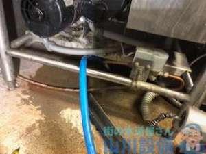 洗い場下2か所から水が溢れてくる 排水管から水が逆流する