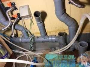 DK棚下の排水パイプが詰まり水が廊下まで漏れている