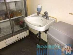 手洗い器排水が詰まって下の排水管から水漏れしている