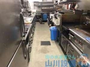 大阪府堺市北区北花田町の厨房内の床が排水の逆流で水浸しになったら山川設備にお任せ下さい。