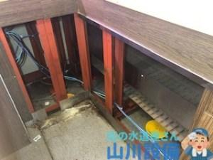 藤井寺市沢田の給湯フレキ管の水漏れ修理は山川設備にお任せ下さい。
