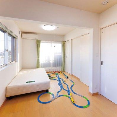 将来中央で仕切って2部屋にもできる子供室