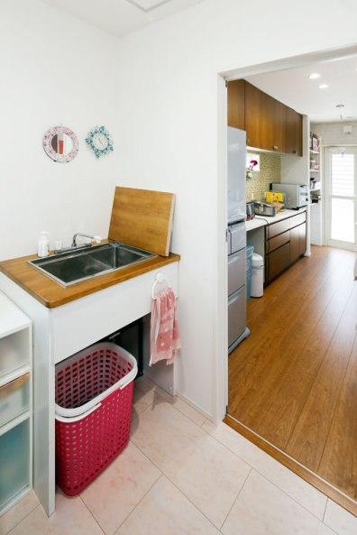 つくり付けの洗面は蓋をして作業台にも|建築実例1609-04