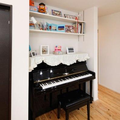 ピアノのサイズに合わせて上部に飾り棚を設けたピアノスペース|建築実例201712