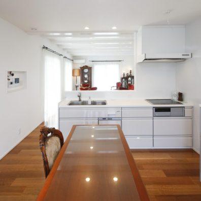 広々としたキッチンも白で統一し違和感なく空間に溶け込む