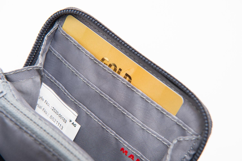 登山用財布にカードを入れる