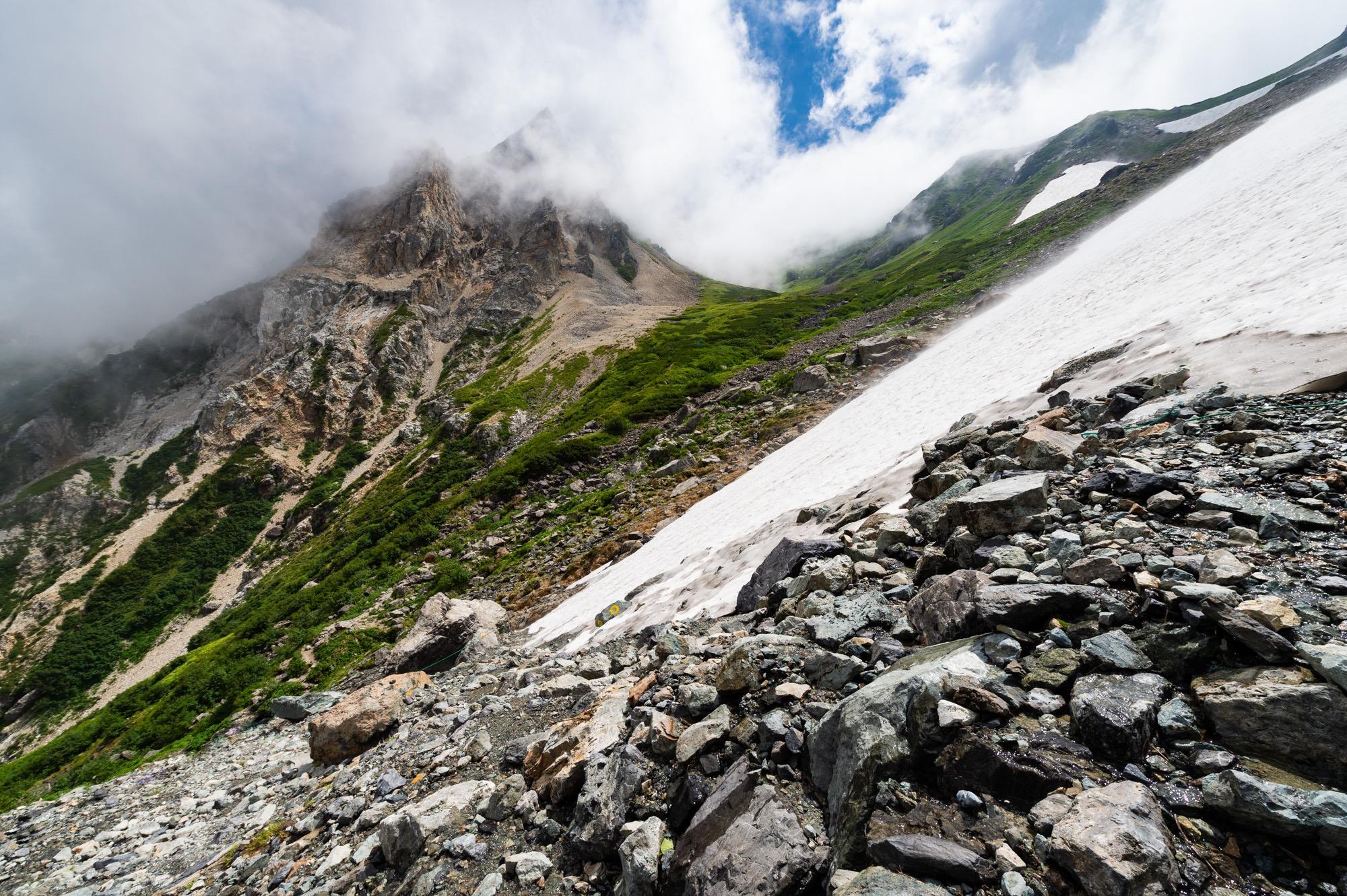 雪渓と岩肌のコントラスト