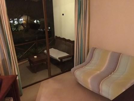 Sofa og balkong i bungaloven