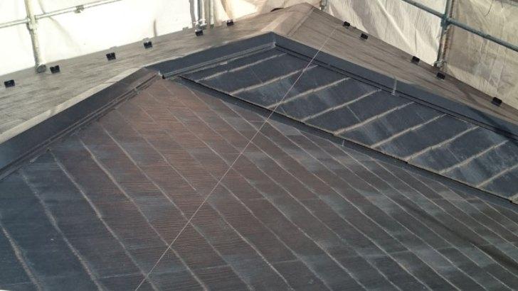 スレート屋根の塗装が剥がれている