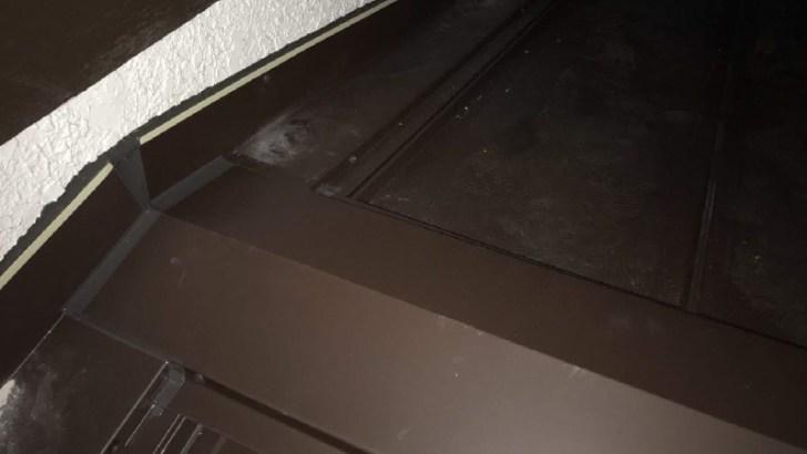 下屋根の棟板金カバーの様子