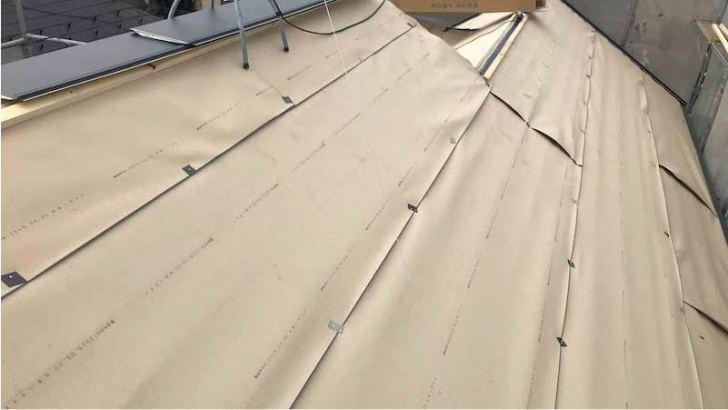 屋根カバー工法のルーフィングの施工