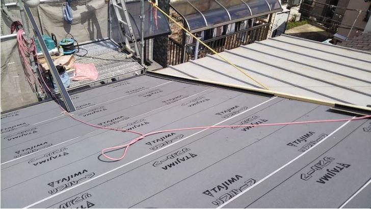 屋根葺き替え工事の野地板とルーフィングの施工