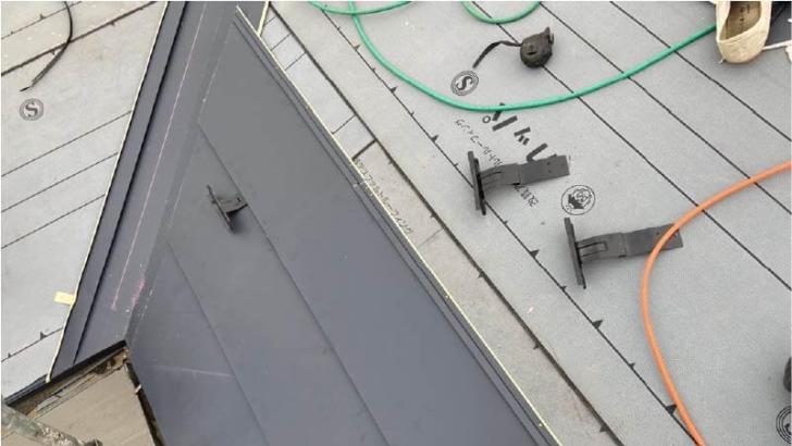 船橋市の屋根葺き替え工事のガルバリウム鋼板の施工