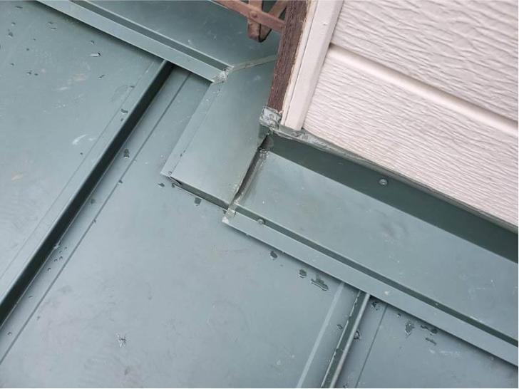 船橋市の屋根葺き替え工事の雨押さえの取り付け